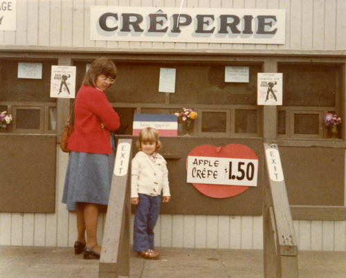 Photograph of the creperie, Pomme et Sarrasin, near Promenade Park in Toledo.
